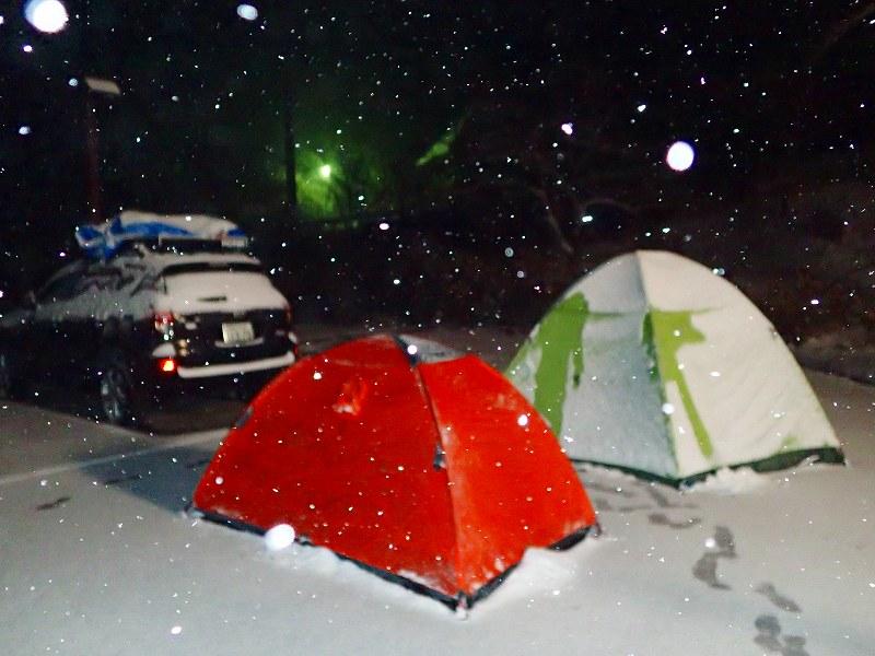 計画を変更して1日早く下山したのでいやしの湯Pで1泊 夜雪になる