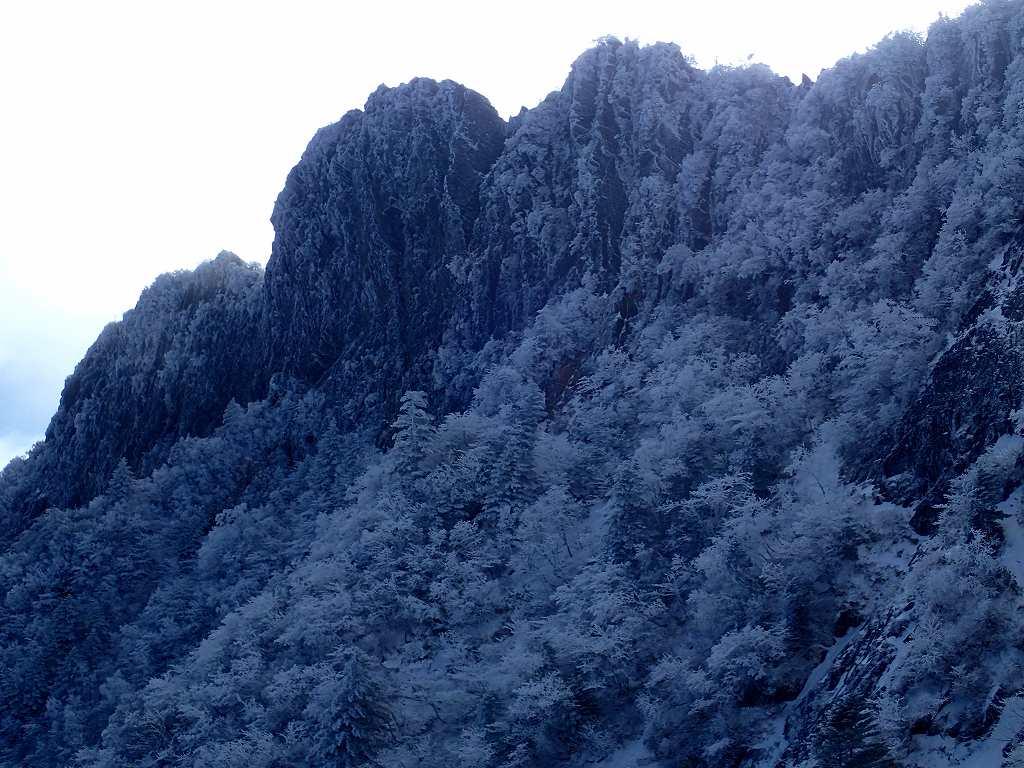 南尖峰・天狗岳1982m北壁 右が弥山