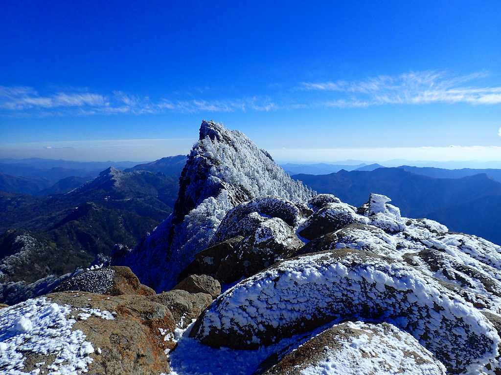ガスが飛んで青空が広がる天狗岳の右遥か遠くに剣山も